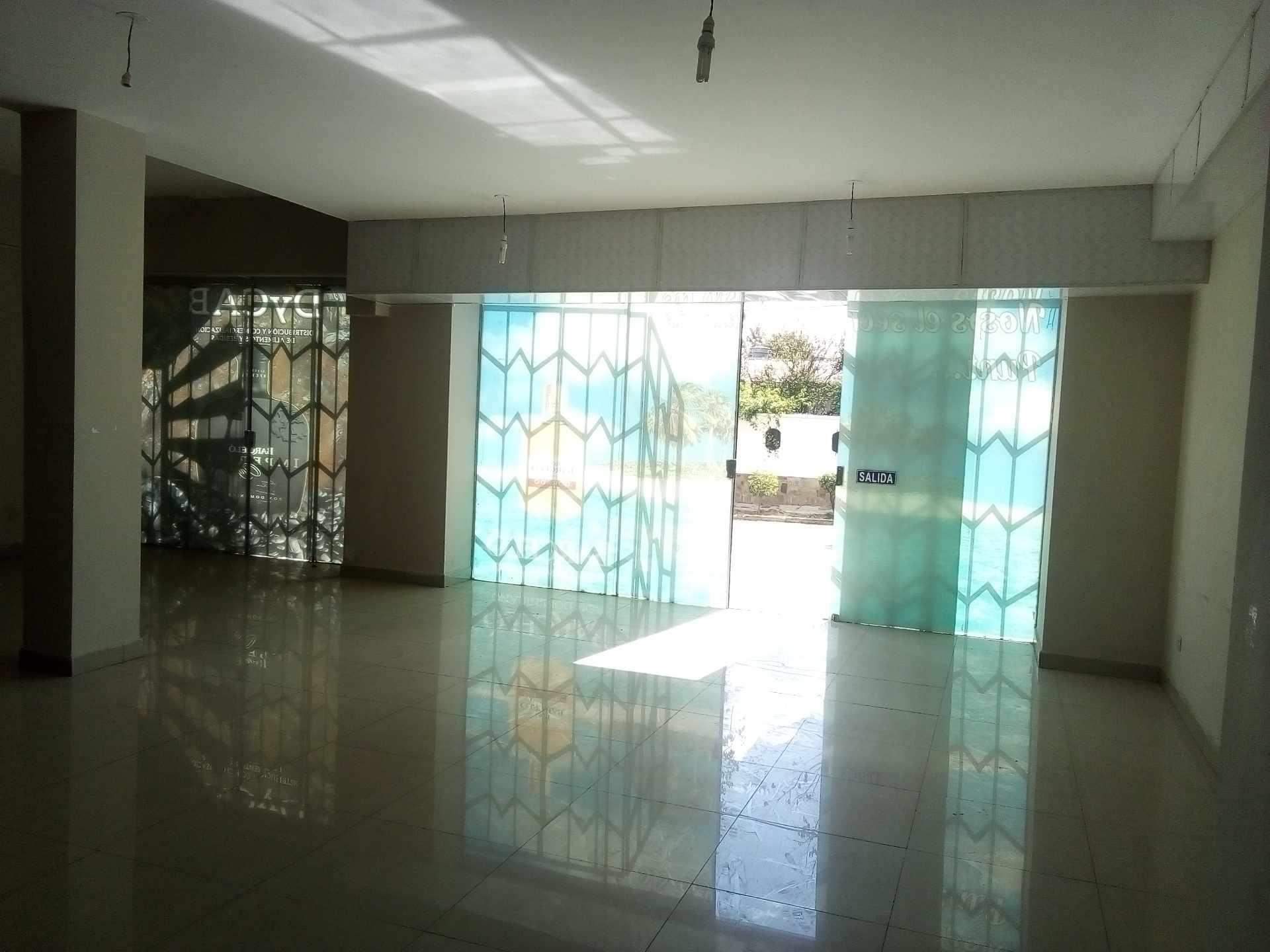 Local comercial en Alquiler $us. 450.- LOCAL COMERCIAL + MEZZANINE PROX. CALA CALA Foto 2