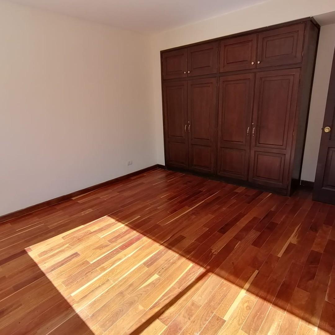 Casa en Alquiler $us.1.200.- ALQUILER HERMOSA CASA EN LOS PINOS LPZ  Foto 3